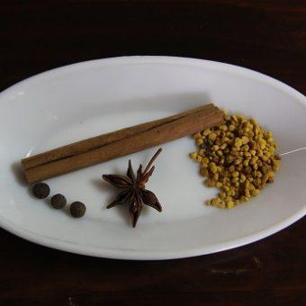 Conjunto de especias que vamos a utilizar para hacer la hidromiel de moras, donde podemos ver canela, pimienta de jamaica, anís estrellado y polen de abejas.